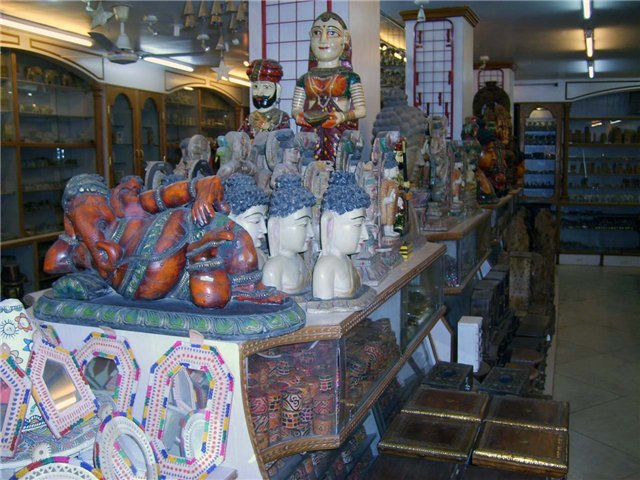 так выглядят сувенирные лавки на мейн базаре